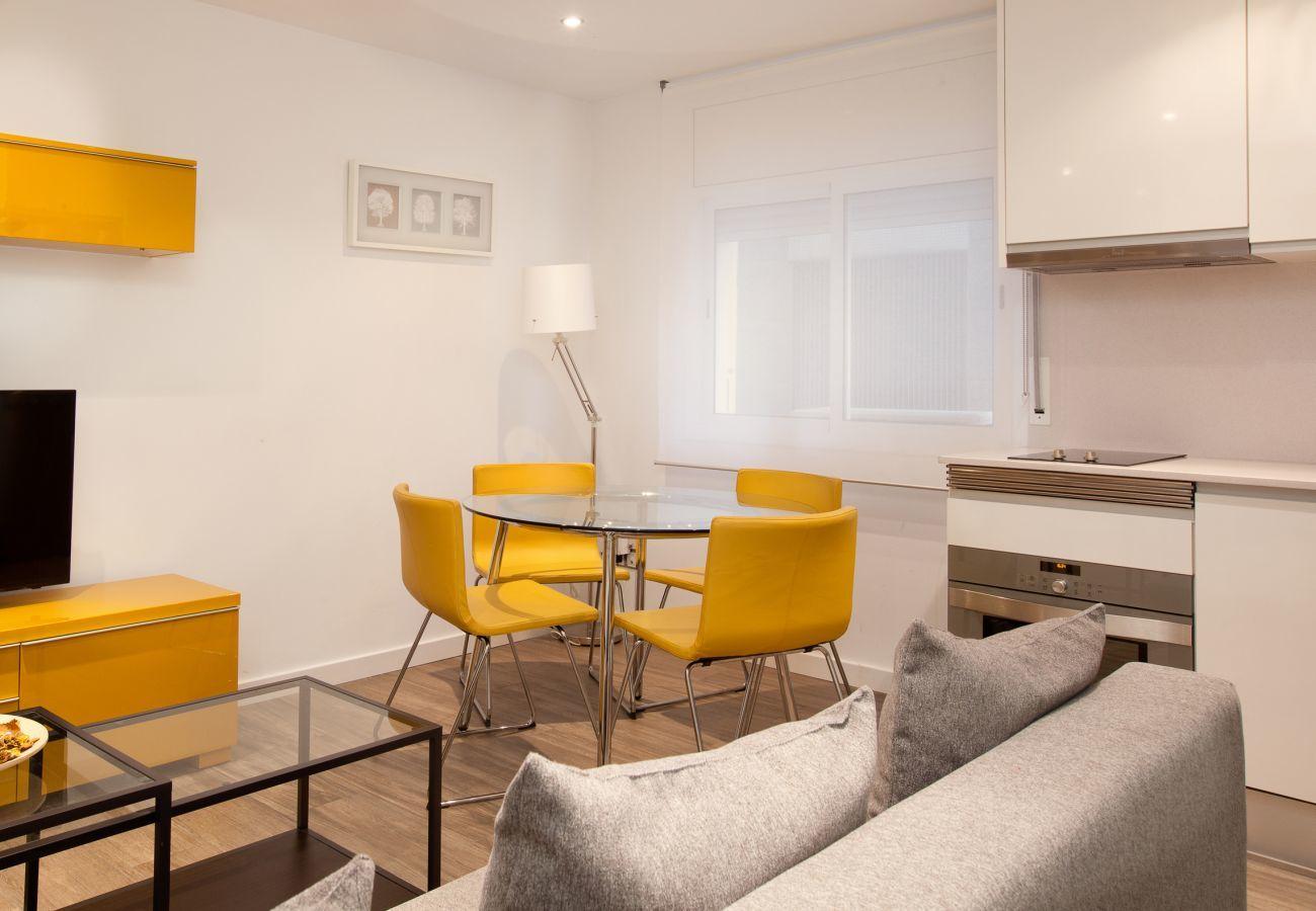 soggiorno e sala da pranzo di 2 camere da letto Apartment INDUSTRIA vicino alla Sagrada Familia