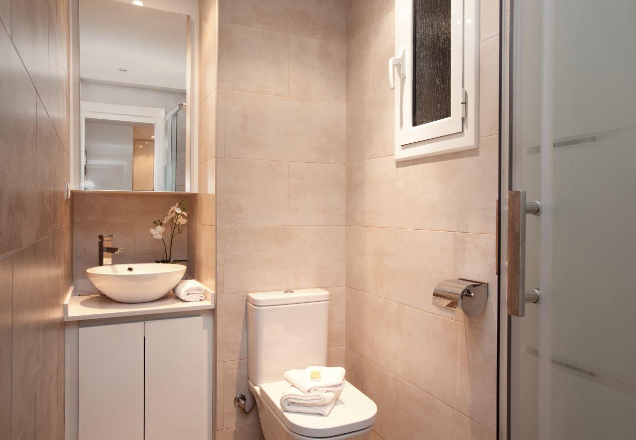 bagno con doccia in appartamento con 2 camere da letto a Barcellona vicino alla Sagrada Familia e all'ospedale Sant Pau