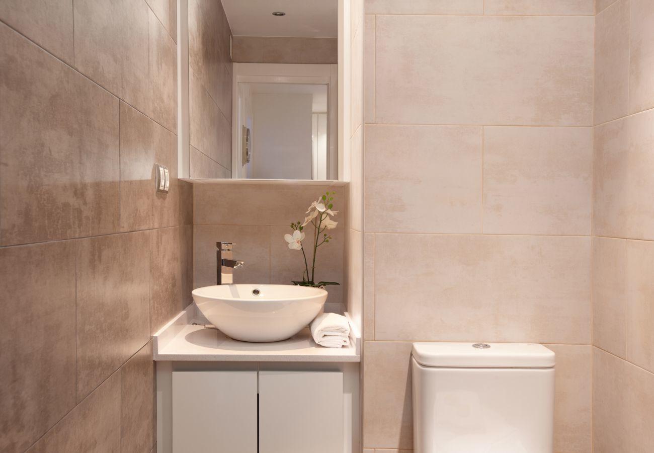 bel bagno in appartamento con 2 camere da letto a Barcellona vicino alla Sagrada Familia e all'ospedale Sant Pau