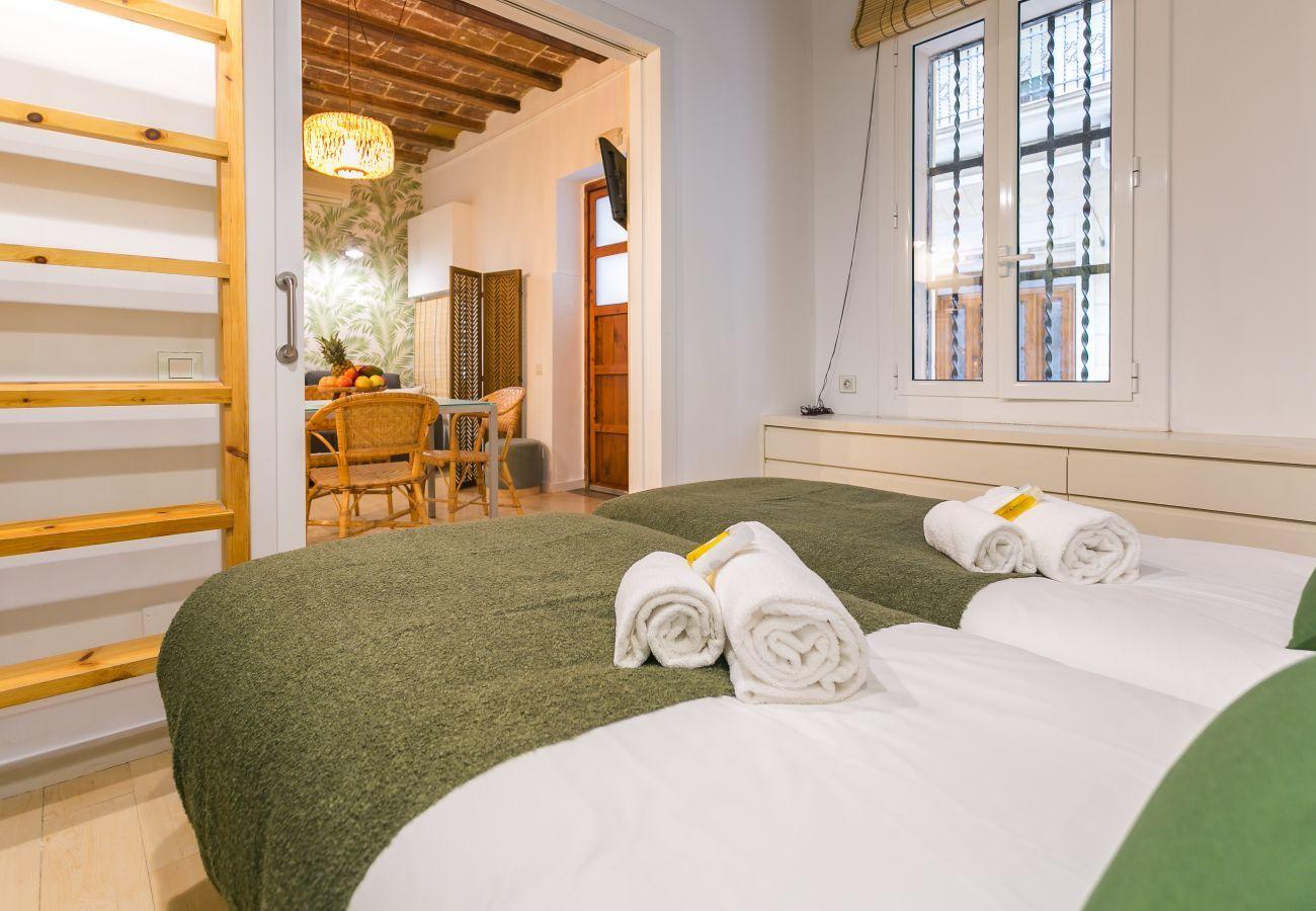 vista dalla camera da letto al soggiorno-pranzo nell'appartamento BARCELONETA BEACH