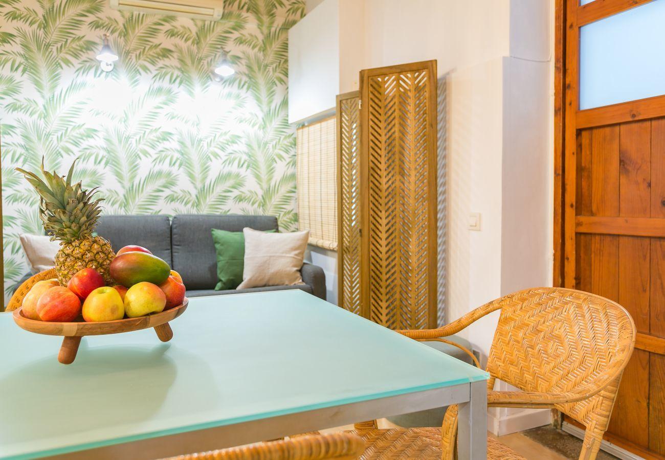 tavolo da pranzo in appartamento con 1 camera da letto a 2 minuti dalla spiaggia di Barceloneta