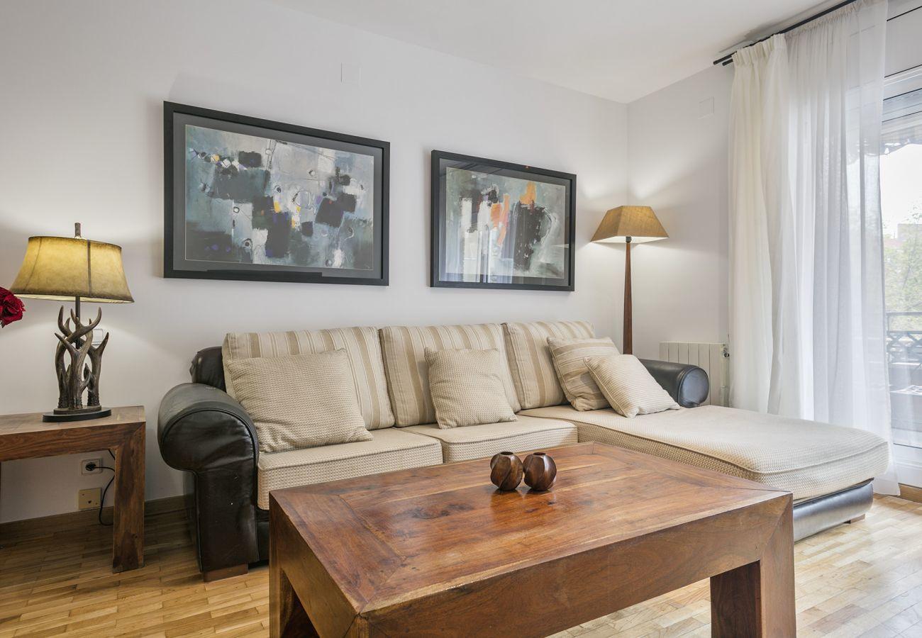 divano del soggiorno in appartamento SWEET BCN a Barcellona