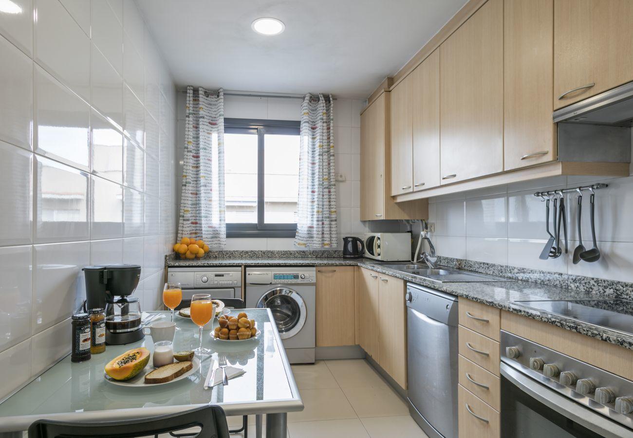 Cucina completamente attrezzata con lavastoviglie, lavatrice e asciugatrice in appartamento con 3 camere da letto