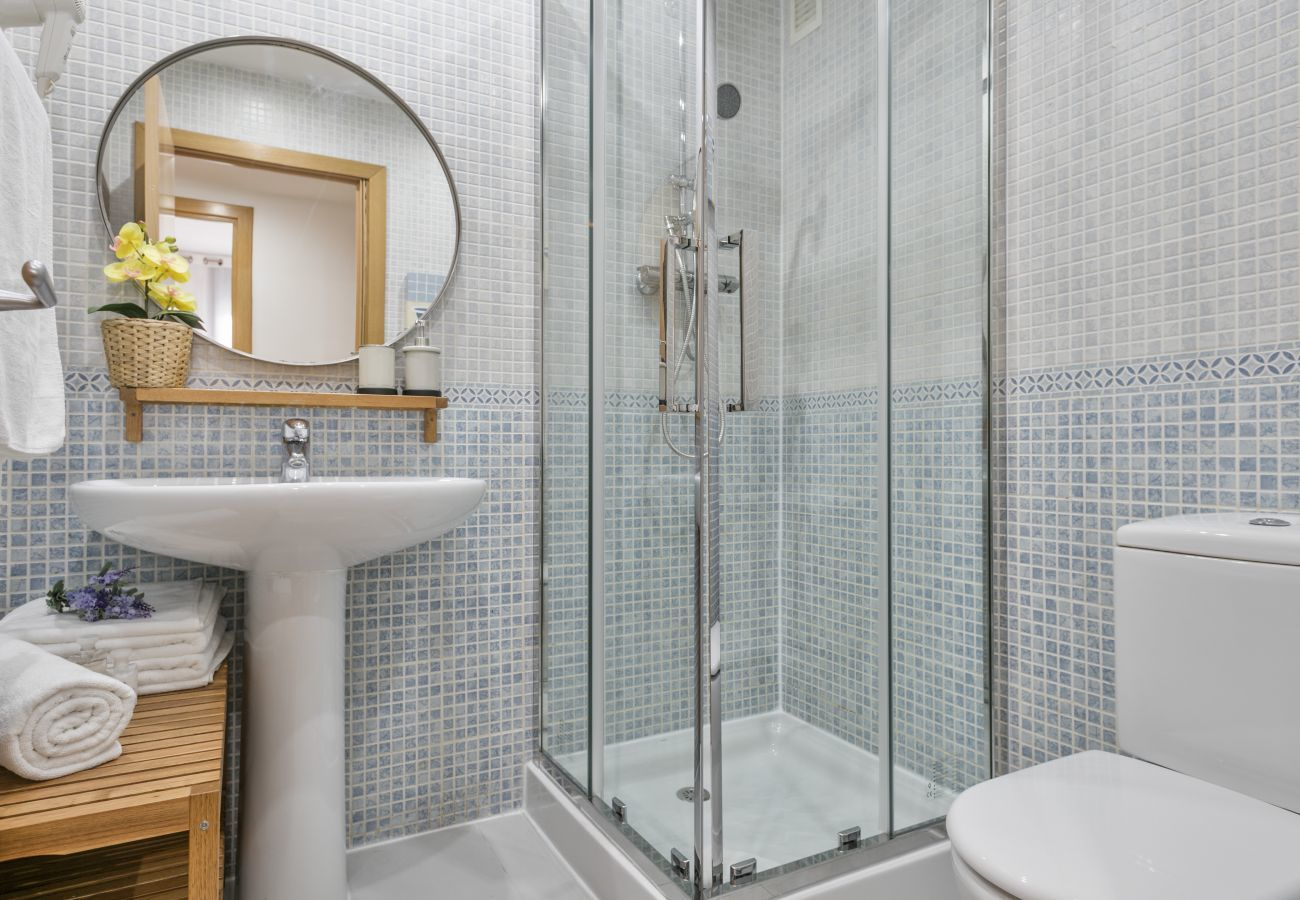 bagno con doccia in appartamento con 3 camere da letto a Barcellona
