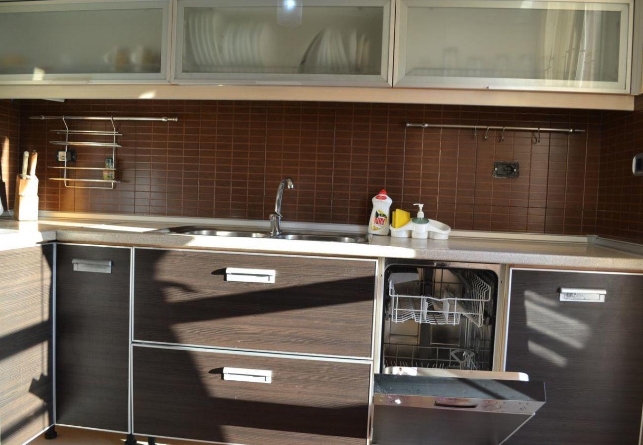 Cucina arredata con tutti gli elettrodomestici compresa lavastoviglie