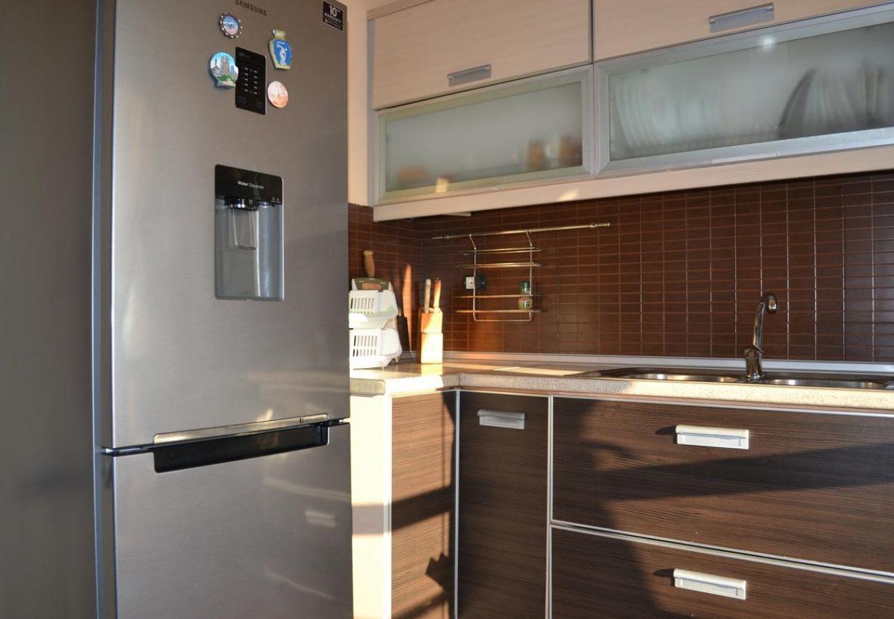 Parte della cucina e del frigorifero