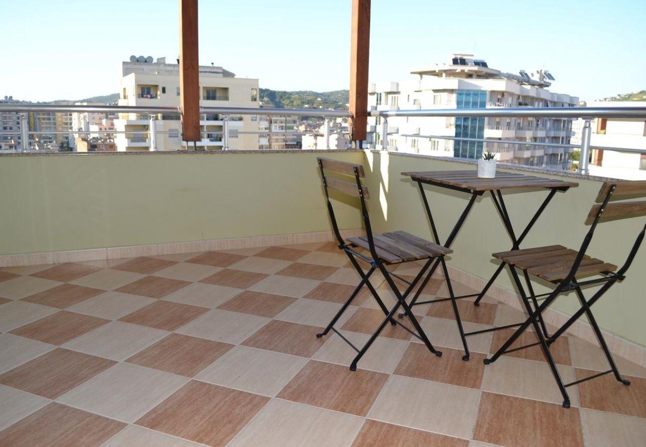 Balcone con bella vista e tavolo per due persone