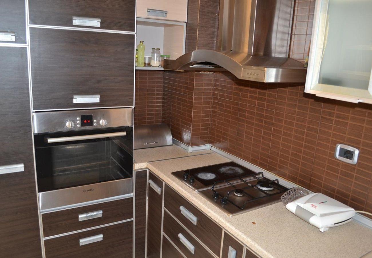 La cucina dell'appartamento con tutta l'attrezzatura necessaria per la preparazione dei cibi