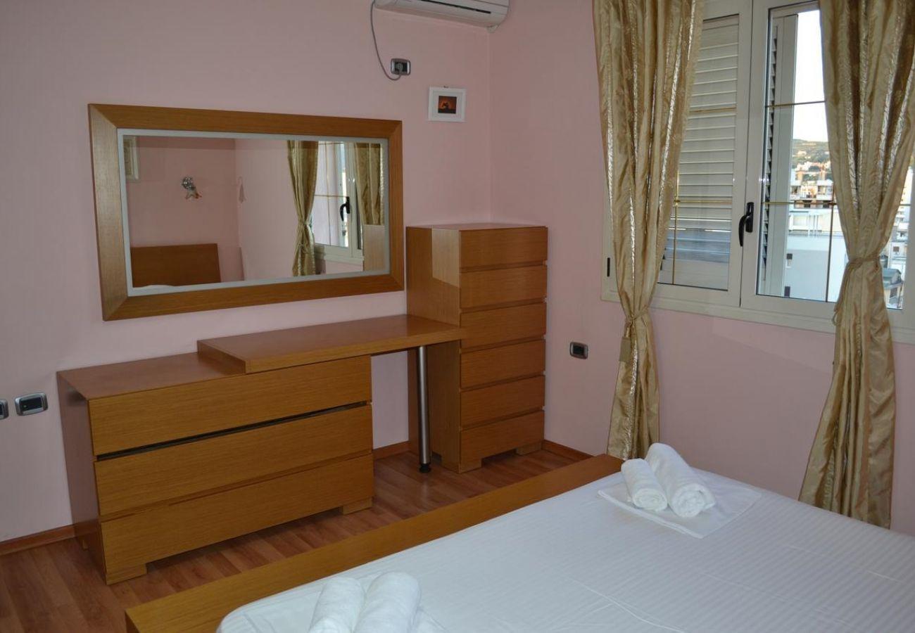 La camera da letto è ben illuminata dalle finestre frontali oltre che dallo specchio