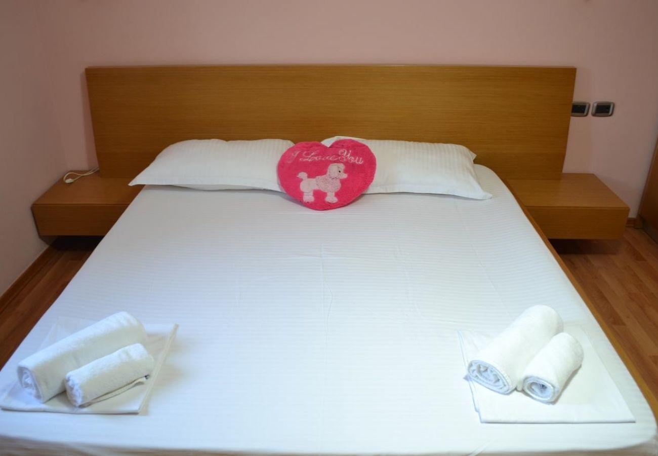 Camera da letto arredata con letto matrimoniale