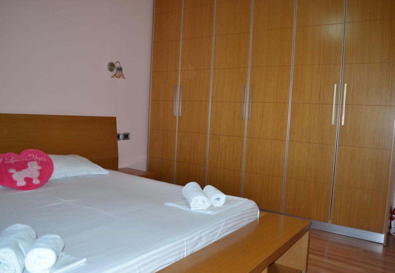Camera da letto con letti king size e armadi