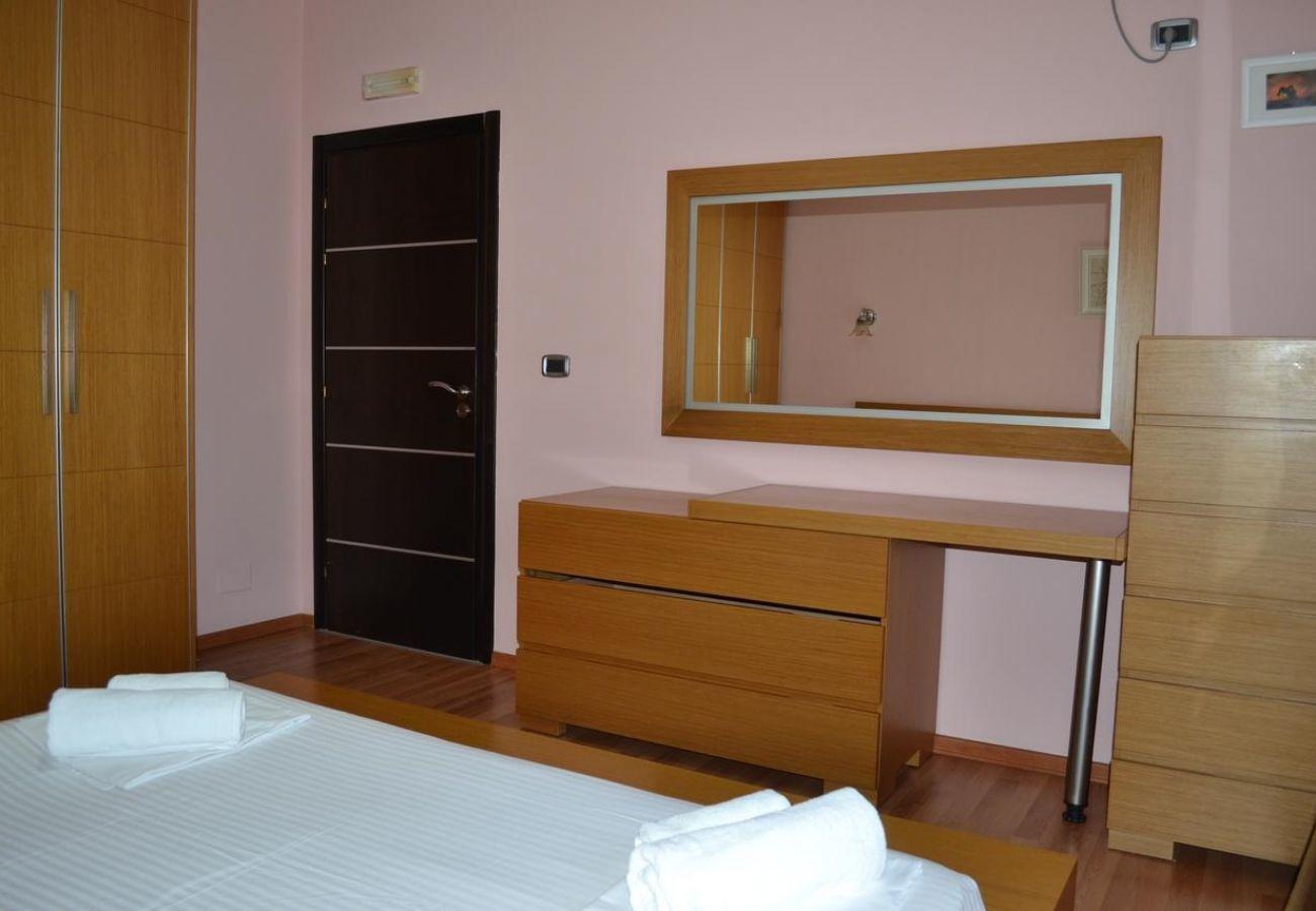 Bella camera da letto con letto matrimoniale, specchi e armadi