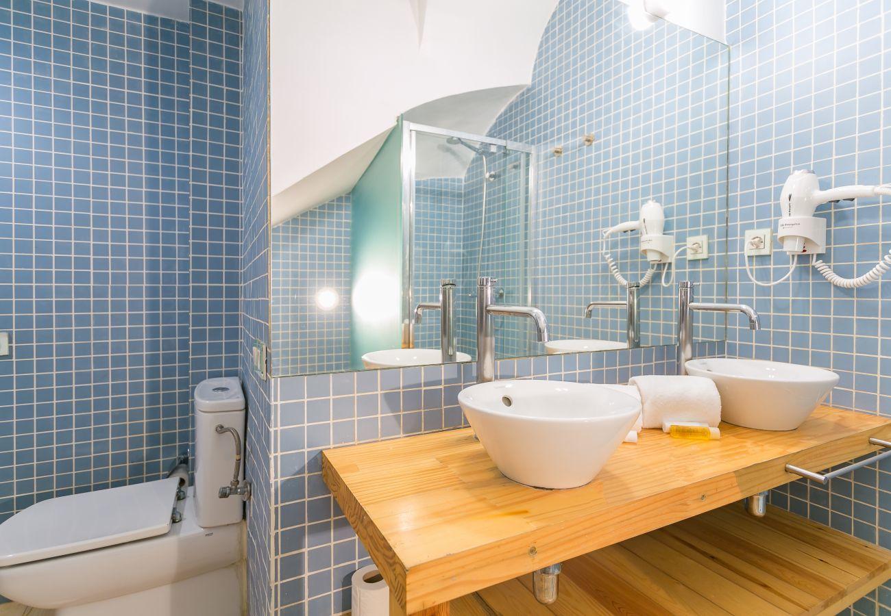 bagno con due lavandini e grande specchio in BARCELONETA BEACH
