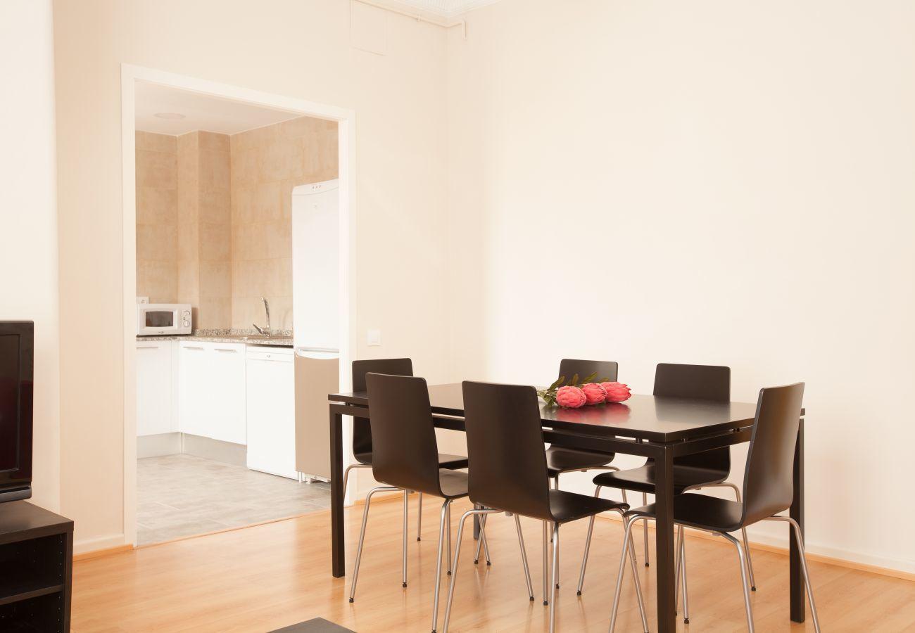 sala da pranzo dell'appartamento a Vallcarca con vista sulle montagne