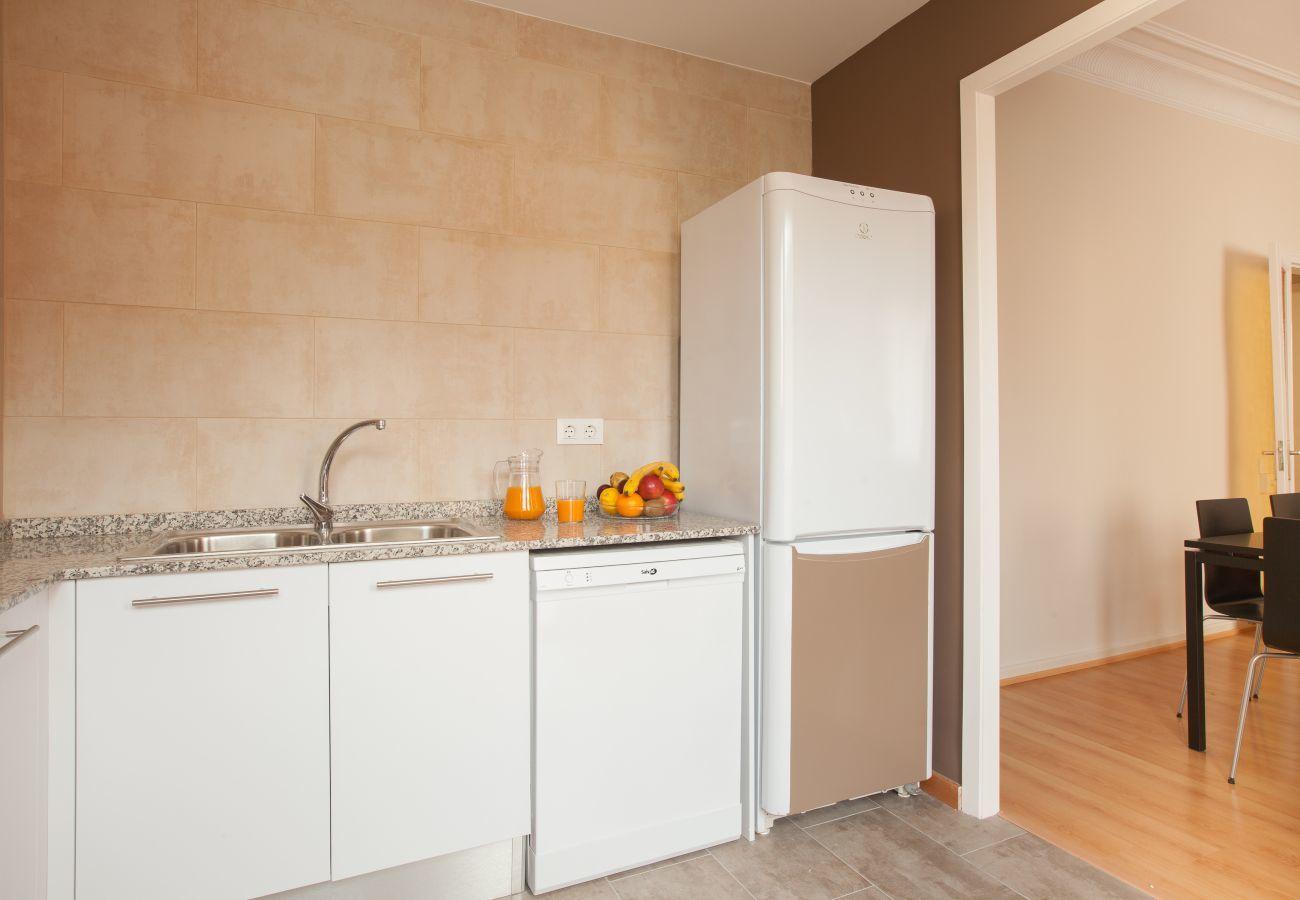 cucina dell'appartamento a Vallcarca con vista sulle montagne