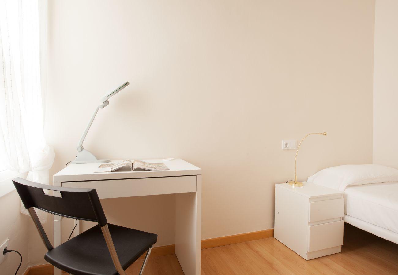camera da letto dell'appartamento a Vallcarca con vista sulle montagne