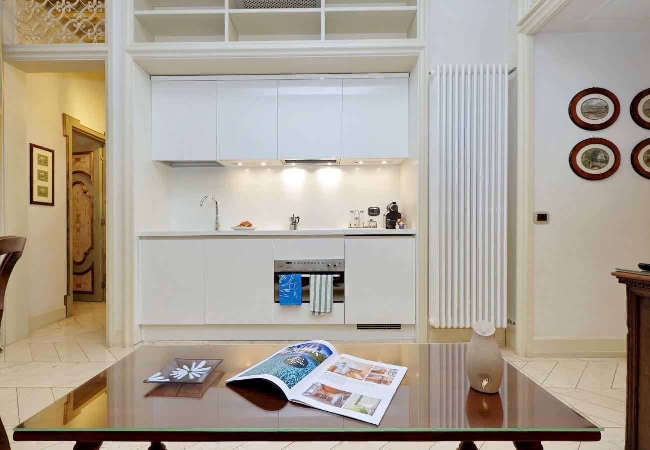 sala da pranzo con cucina, stile americano, bianca e tavolo