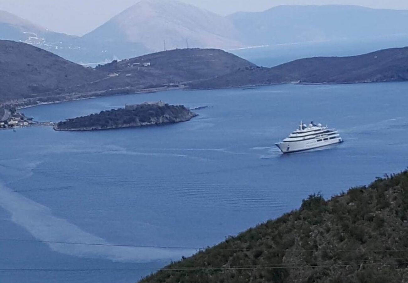 Bella vista sul mare dove si può vedere la barca che naviga