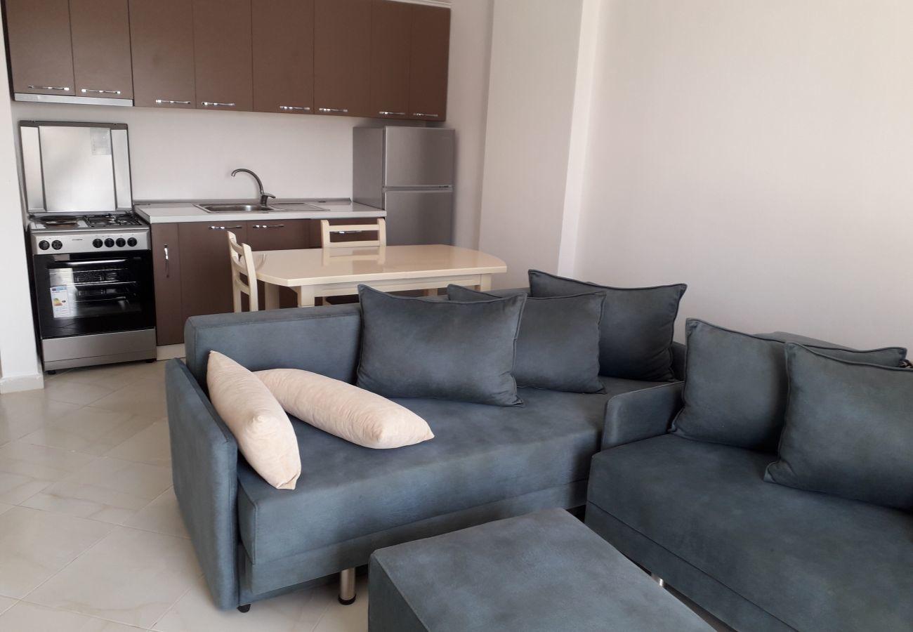 Soggiorno dell'appartamento così come la cucina con il tavolo del pane