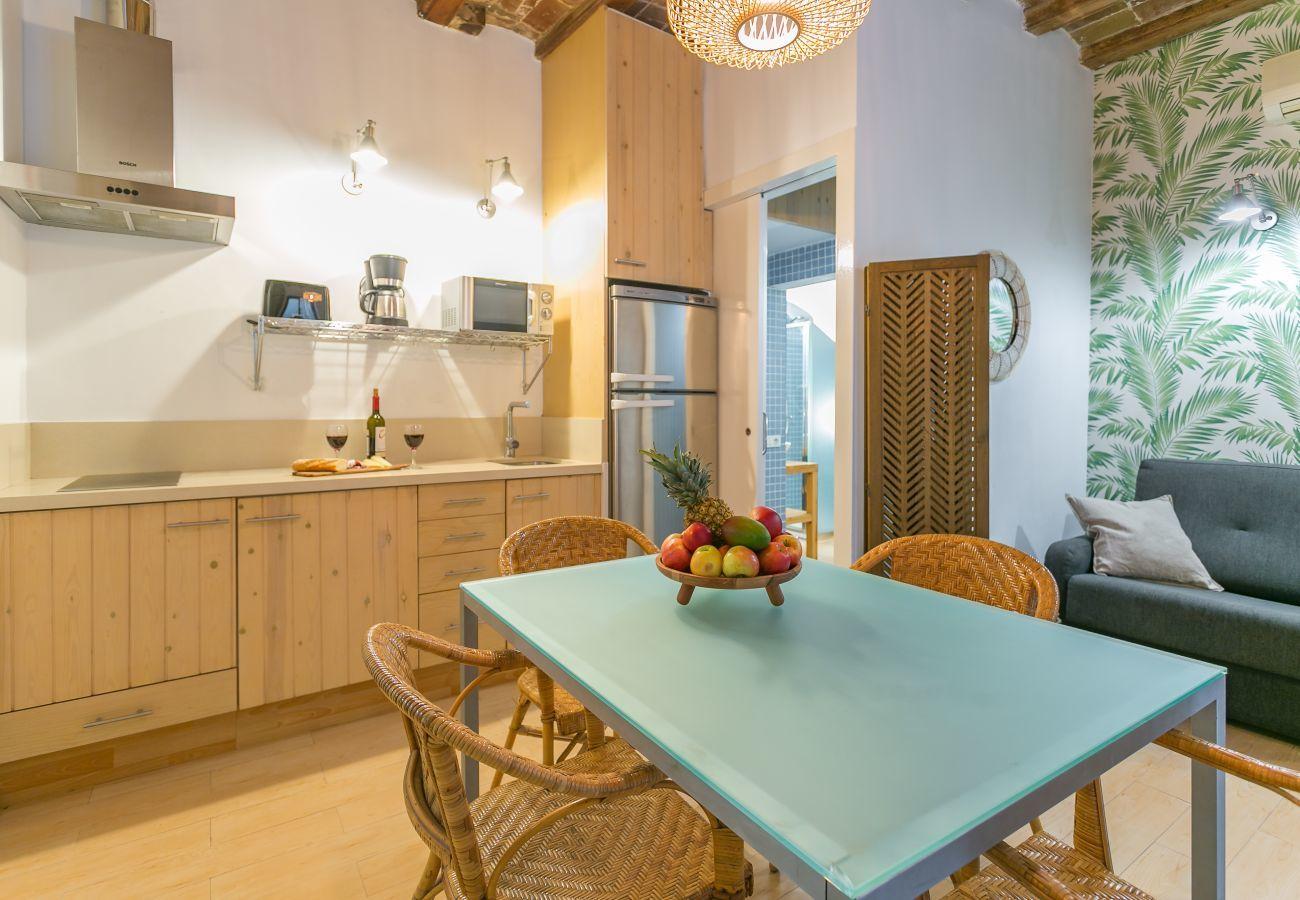 Apartamento BARCELONETA BEACH com cozinha e mesa de jantar