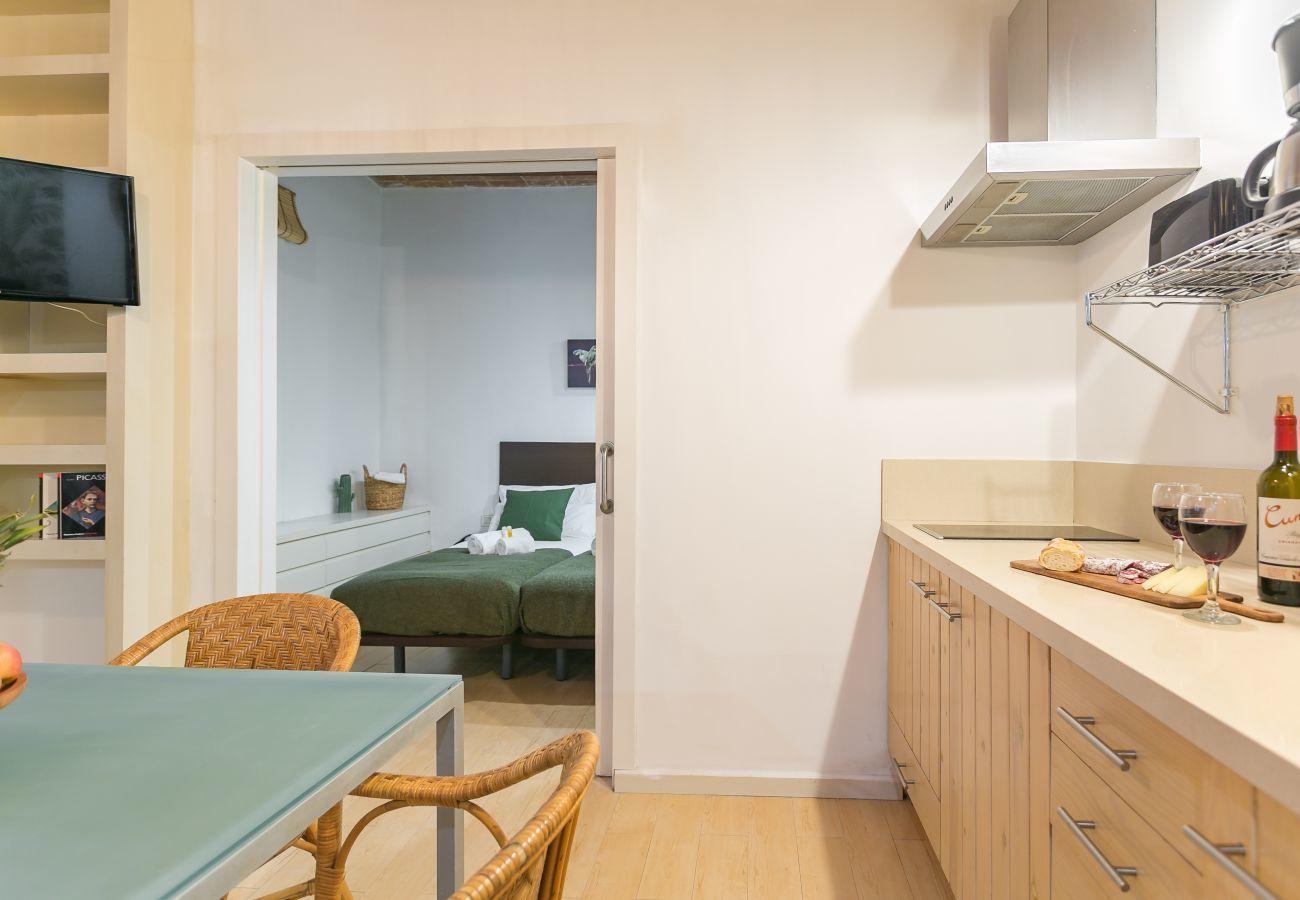 cozinha e mesa de jantar do apartamento na praia de Barceloneta