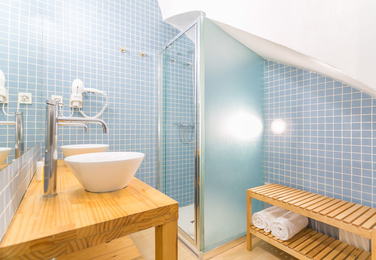 baño con ducha e dos lavabos em Barceloneta 2 minutos de la playa