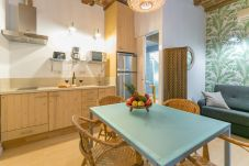 kitchen and dining table of BARCELONETA BEACH apartment
