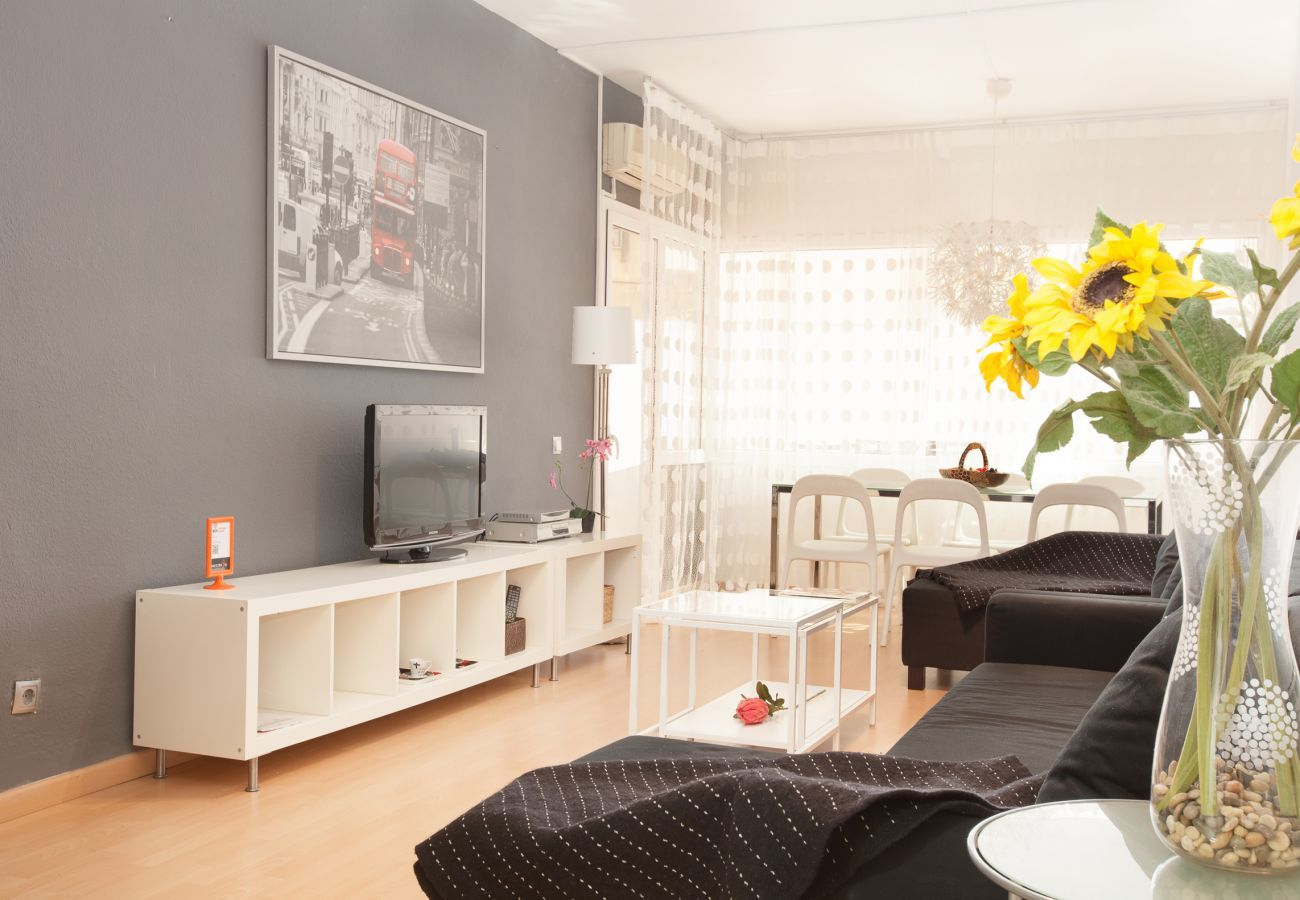 nice living room with TV in 4-bedroom 2 bathroom apartment close to Fira Barcelona