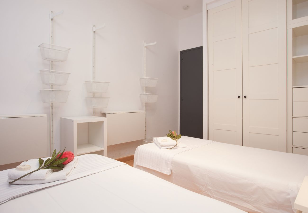 twin room with two single beds and wardrobes next to Plaza España Fira Barcelona