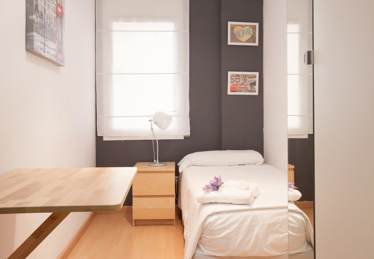 single room with small table in 4-bedroom apartment near Plaza España Fira Barcelona