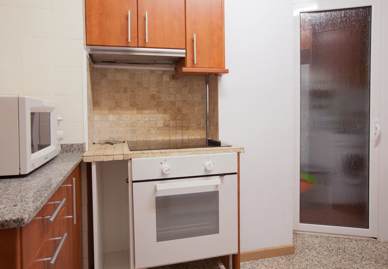 kitchen with exit to the patio un 4-bedroom and 2 bathroom apartment near Plaza España