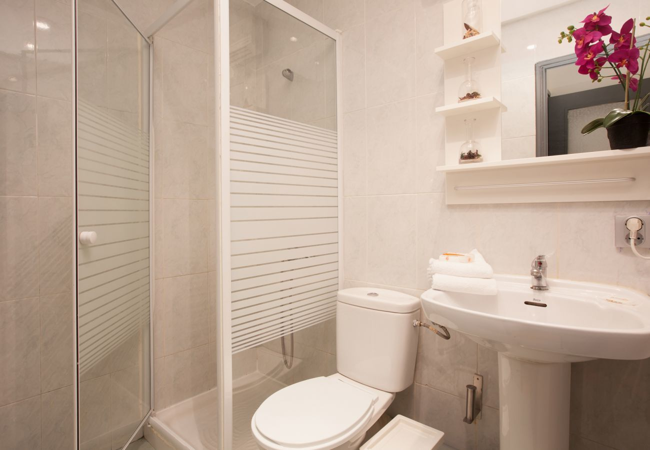 full bathroom with shower in 4-bedroom and 2 bathroom apartment in Barcelona