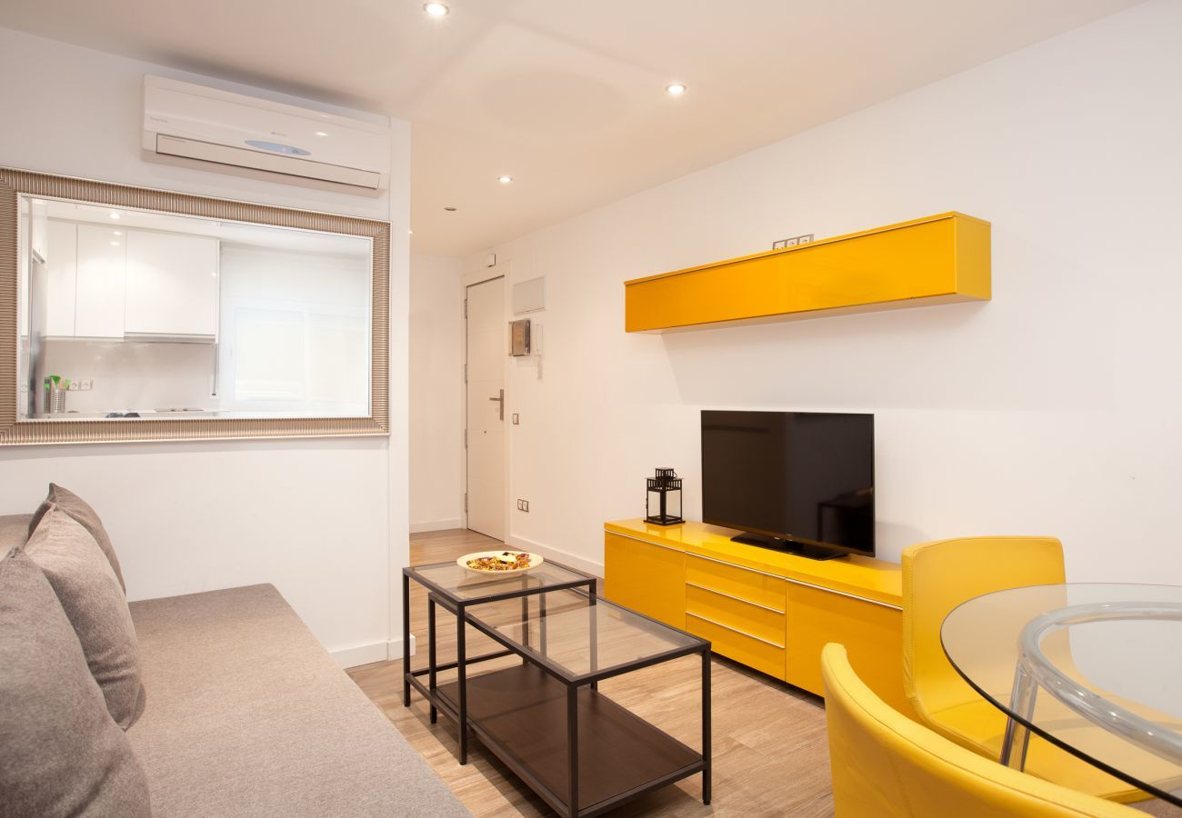 living room with TV in apartment Apartment INDUSTRIA very close to Hospital Sant Pau