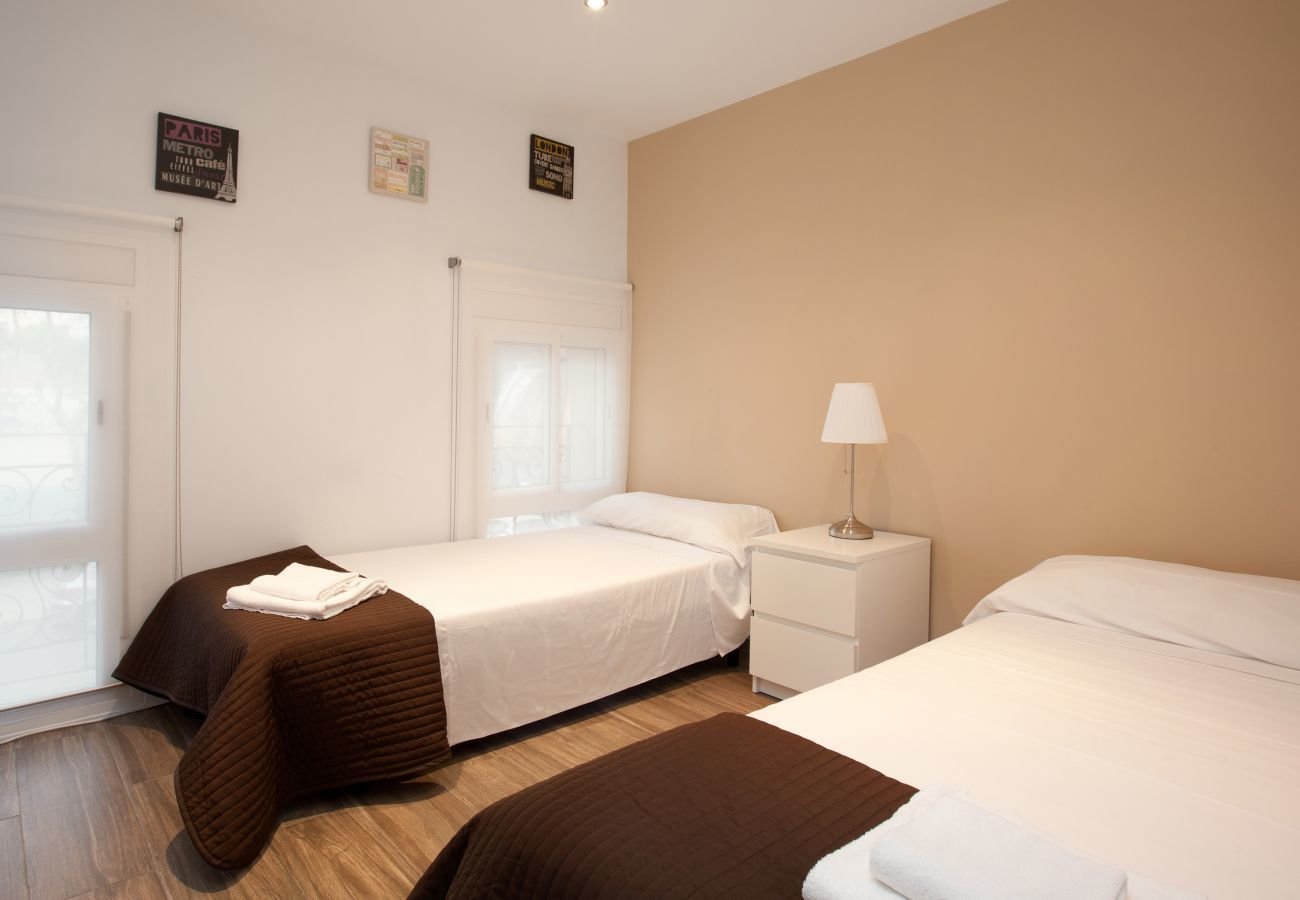 double room with double bed in 2-bedroom apartment in Barcelona close to Sagrada Familia