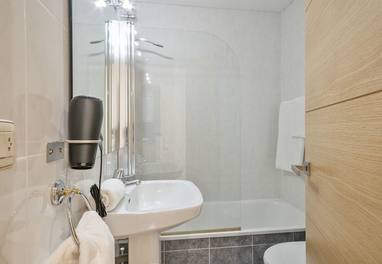 guest bathroom with bathtub in family apartment near the Sagrada Familia