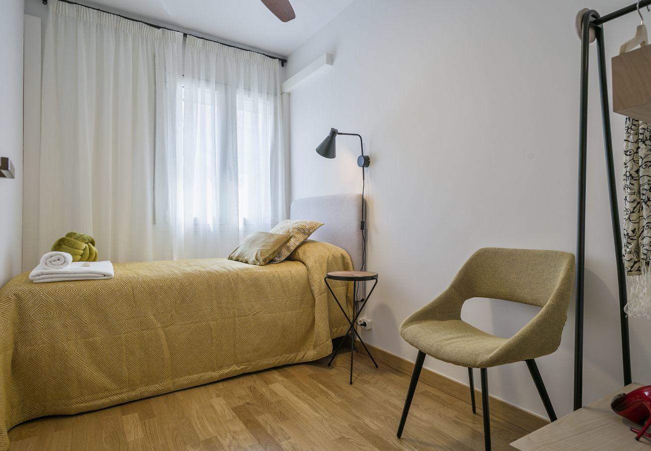 single room of family apartment close to Sagrada Familia