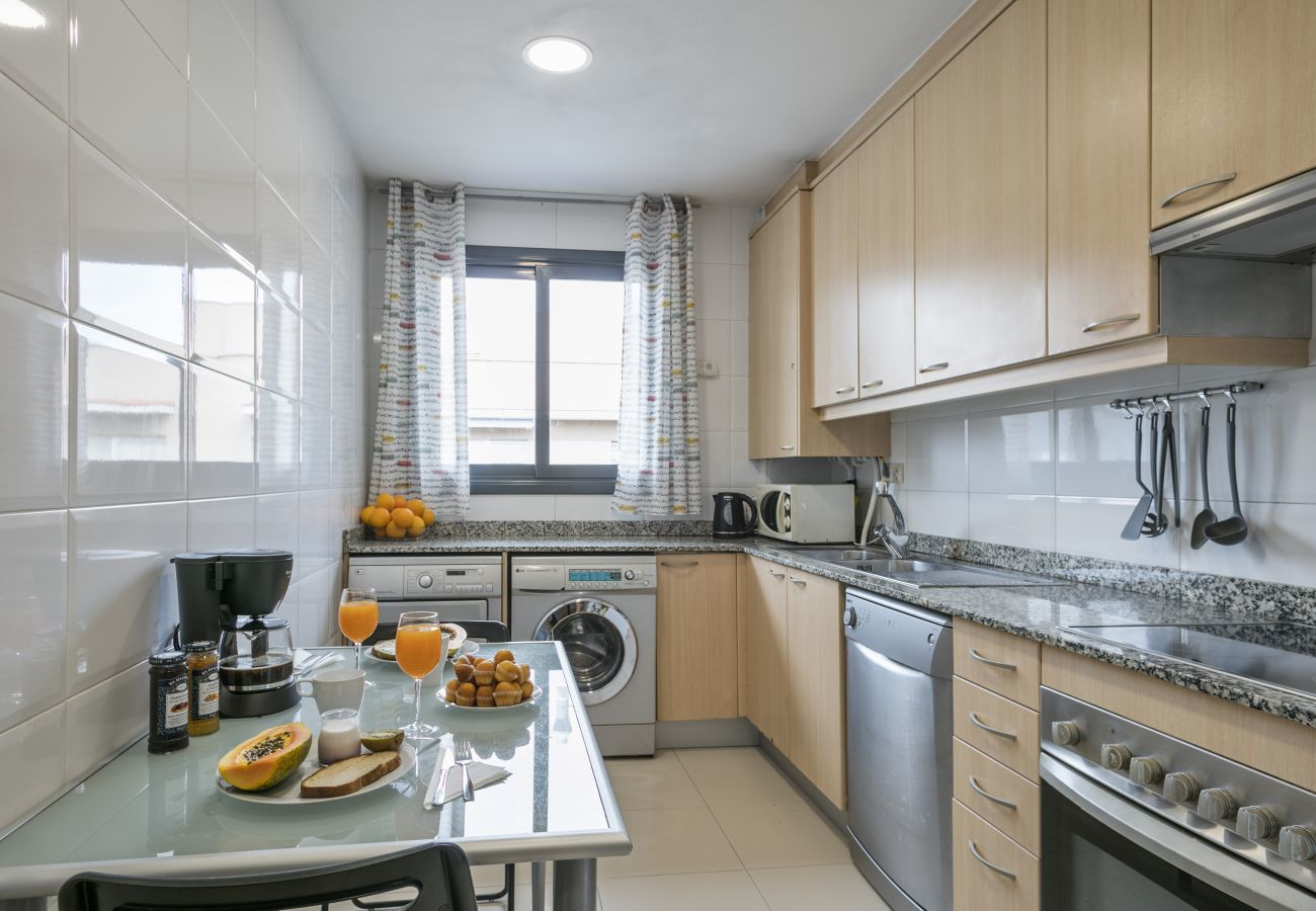 fully equipped kitchen with dishwasher, washing machine and dryer in 3-bedroom apartament in Barcelona